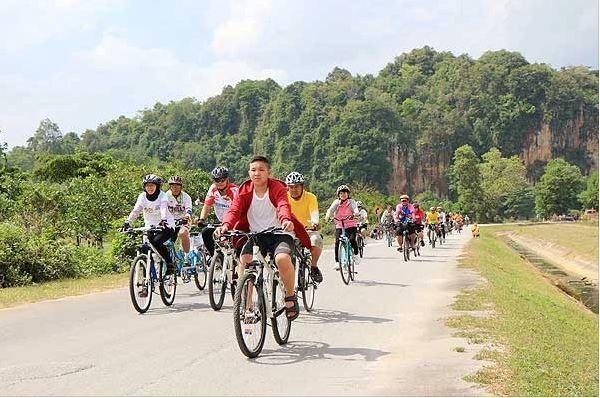 Biking Tour in nature as the featured image for EUNORAU FAT-HD Mountain Bike Post.